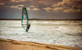 Formation active de planche à voile de loisirs de l'eau de navigation de sport de planche à voile de mer Photos libres de droits