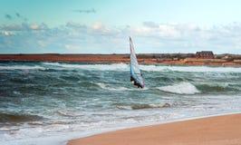Formation active de planche à voile de loisirs de l'eau de navigation de sport de planche à voile de mer Photo stock