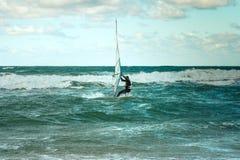 Formation active de planche à voile de loisirs de l'eau de navigation de sport de planche à voile de mer Photo libre de droits