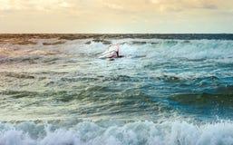 Formation active de planche à voile de loisirs de l'eau de navigation de sport de planche à voile de mer Image libre de droits