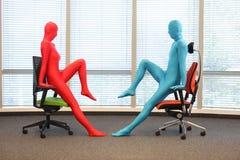 Formation anonyme de posture de personnes aux chaises Photos libres de droits