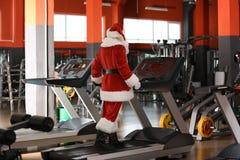Formation authentique de Santa Claus sur le treadmil images stock
