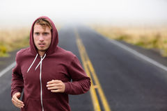 Formation courante d'homme d'athlète sur la route dans la chute photos stock