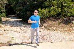 Formation courante de coureur d'athlète d'homme extérieure dans les sportifs courants de coureur de forêt utilisant des vêtements Images stock