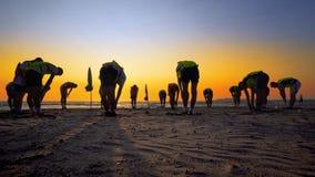 Formation d'équipe de football de jeunes garçons sur la plage de coucher du soleil Images stock