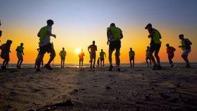 Formation d'équipe de football de jeunes garçons sur la plage de coucher du soleil Photographie stock libre de droits