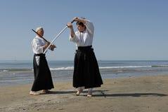 Formation d'Aikido sur la plage Photographie stock
