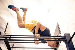 Formation d'athlète à la barre photo libre de droits