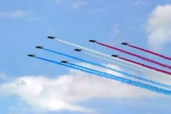 Formation d'avions à réaction avec de la fumée de couleur Photos stock