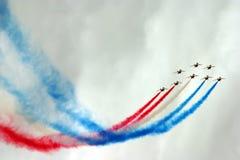 Formation d'avions à réaction avec de la fumée de couleur Photographie stock libre de droits