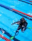 Formation d'homme de plongeur autonome dans une piscine image libre de droits