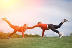 Formation d'homme et de femme de sport en parc Images libres de droits