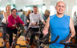 Formation dans le club de sport sur le cycle de forme physique Photo stock