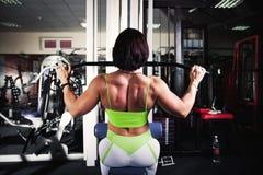 Formation de bodybuilder de femme Photos libres de droits