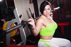 Formation de bodybuilder de femme Photo libre de droits