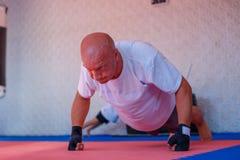 Formation de boxe dans le gymnase, le concept du développement de sports images stock