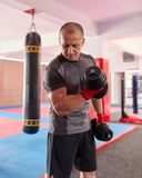 Formation de boxeur avec des poids photographie stock
