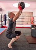 Formation de boxeur avec des poids photographie stock libre de droits