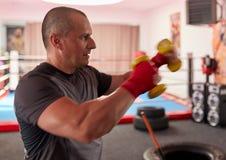 Formation de boxeur avec des poids photos stock