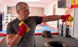 Formation de boxeur avec des poids image libre de droits