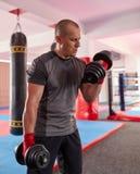 Formation de boxeur avec des poids images stock