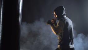 Formation de boxeur dans le gymnase banque de vidéos