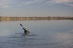 Formation de chemin de kayak sur un lac Photos stock