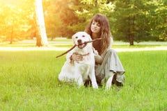 Formation de chien Fille avec le chien d'arrêt jouant en parc Femme wal Photos stock