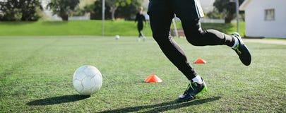 Formation de compétence de jambe sur le terrain de football images libres de droits