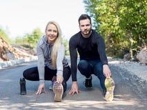 Formation de couples s'étendant après séance d'entraînement en nature Image libre de droits