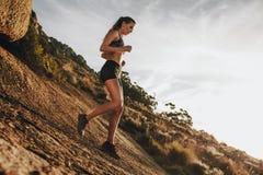 Formation de coureur de traînée de femme pour vers le bas la course de colline photos stock