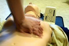Formation de CPR avec la poupée Resusci Anne et SkillReporter de CPR images stock