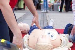 Formation de Defibrillation Premiers soins CPR Photos libres de droits