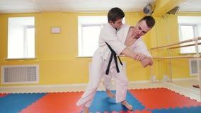 Formation de deux hommes leurs qualifications d'aikido Technique de protection Un homme saisit son adversaire et le jette plus de clips vidéos