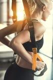 Formation de femme de forme physique avec des courroies de forme physique de trx Photos stock