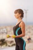 Formation de femme de forme physique sur la plage, séance d'entraînement Mode de vie sain de sport de concept Images stock