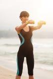 Formation de femme de forme physique sur la plage, séance d'entraînement Mode de vie sain de sport de concept Photo libre de droits