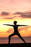 Formation de femme de yoga et méditer dans la pose de guerrier Image stock