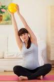Formation de femme enceinte sur le plancher photographie stock