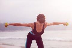 Formation de femme sur la plage, séance d'entraînement Mode de vie sain de sport de concept Photo stock
