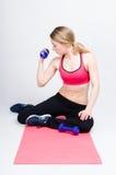 Formation de femme sur le tapis de forme physique Photographie stock