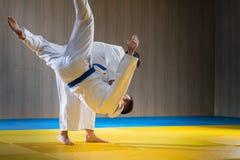 Formation de judo dans la salle de gymnastique photo libre de droits