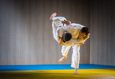 Formation de judo dans la salle de gymnastique image libre de droits