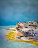 Formation de l'eau de bassin de geyser, parc national de Yellowstone, Wyoming Photographie stock libre de droits