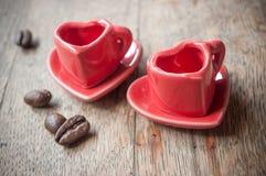 Formation de la tasse de coeur de café avec le decorat de grains de café Images stock