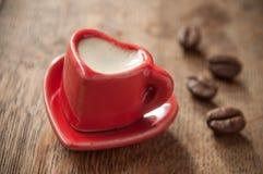 Formation de la tasse de coeur de café avec le decorat de grains de café Image libre de droits