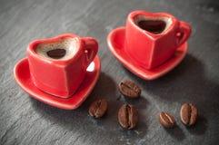 Formation de la tasse de coeur de café avec le decorat de grains de café Photographie stock libre de droits