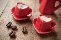 Formation de la tasse de coeur de café avec le decorat de grains de café Images libres de droits