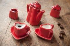 Formation de la tasse de coeur de café avec le decorat de grains de café Photographie stock