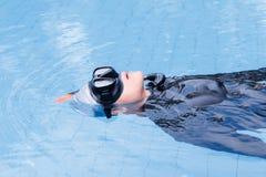 Formation de libre de plongée sur la piscine image stock